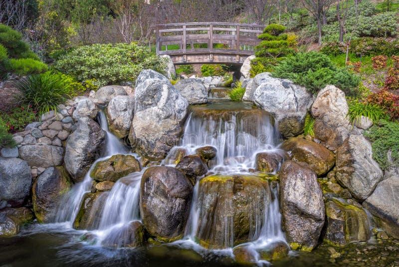 Cascata e ponte con acqua serica immagini stock libere da diritti