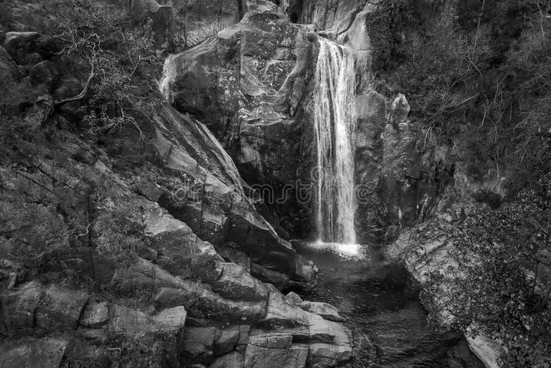 Cascata e rocce in bianco e nero fotografie stock