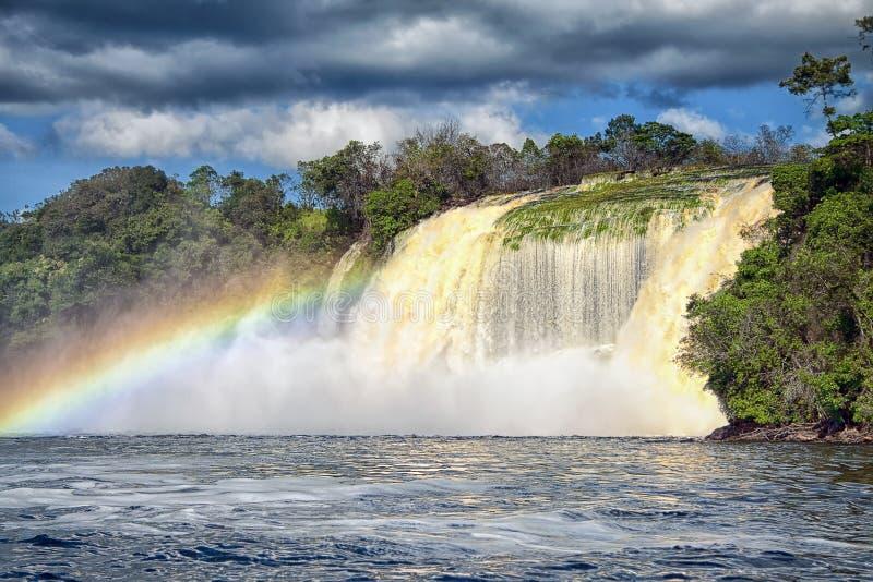 Cascata ed arcobaleno potenti immagine stock libera da diritti