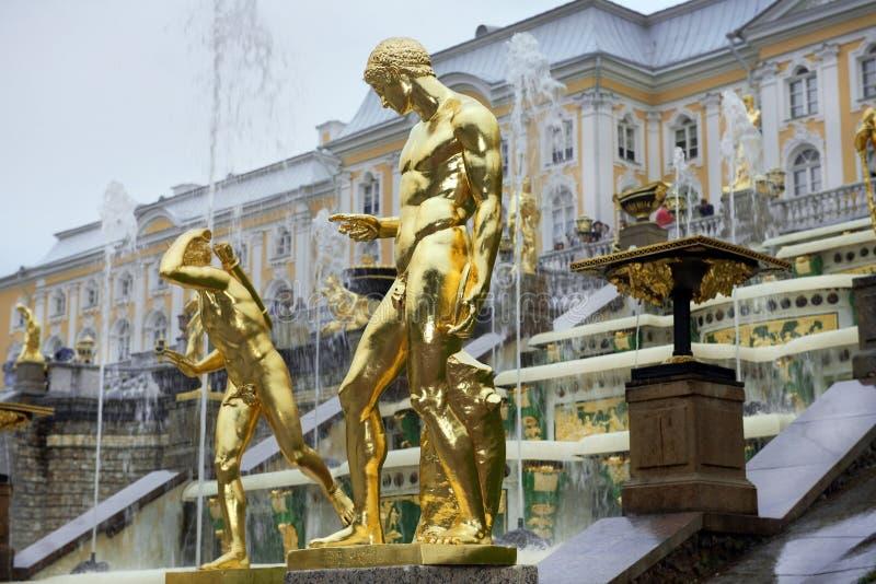 Cascata grande das fontes em Pertergof, St Petersburg, Rússia fotos de stock royalty free