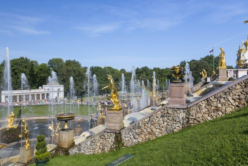 A cascata grande das fontes na reserva do museu do estado de Peterhof em St Petersburg fotos de stock royalty free