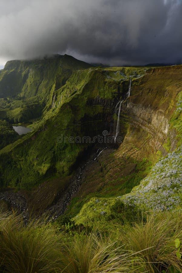 Cascata grande di Ribeira, isola del Flores, Azzorre, Portogallo fotografie stock