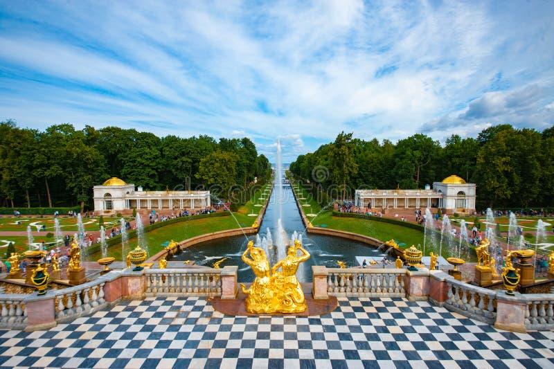 Cascata grande do palácio de Peterhof fotografia de stock