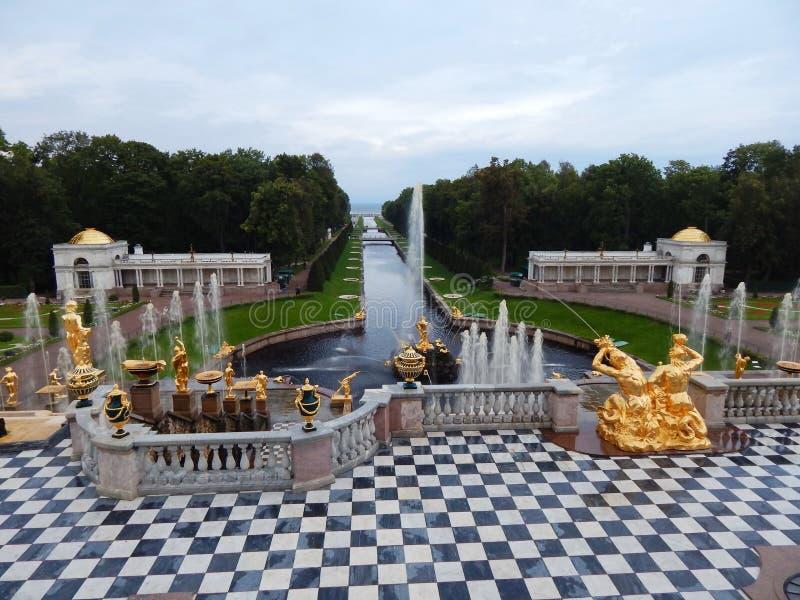 A cascata grande em Peterhof em St Petersburg, Rússia imagens de stock