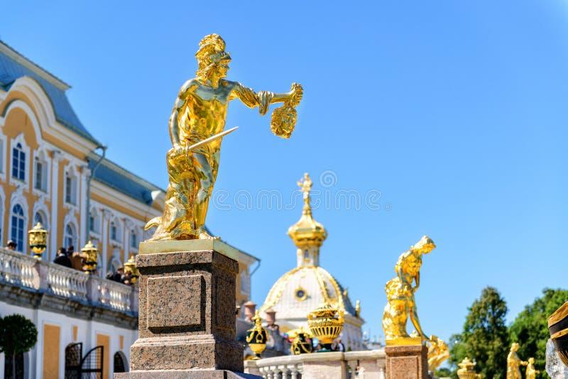 Cascata grande em Peterhof, St Petersburg foto de stock