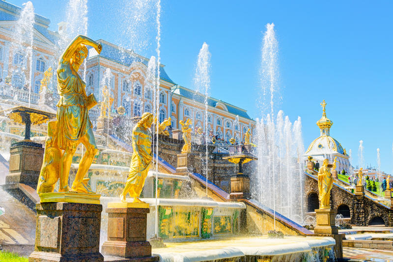 Cascata grande no palácio de Perterhof, St Petersburg imagens de stock