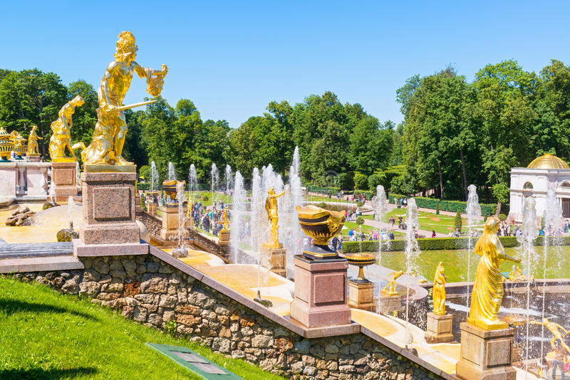 Cascata grande no palácio de Perterhof, St Petersburg foto de stock