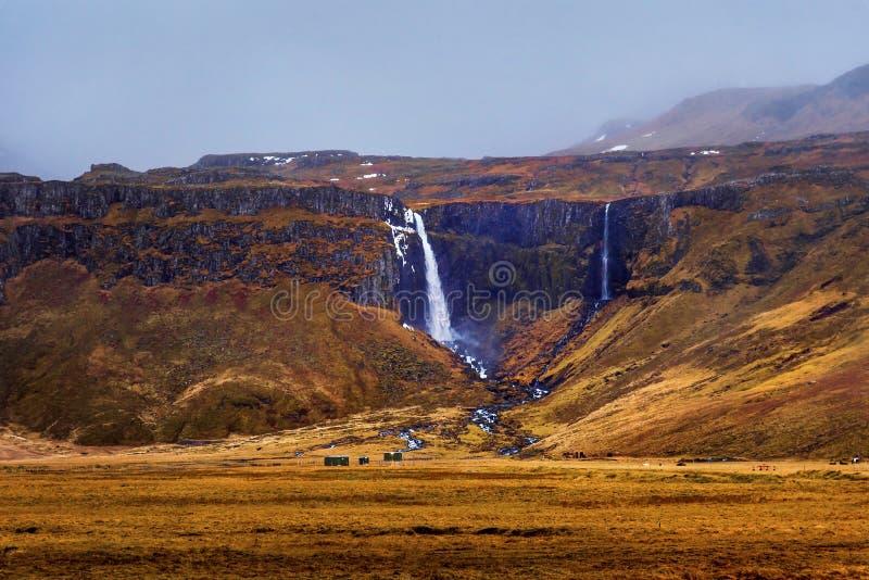 Cascata islandese nelle montagne immagine stock libera da diritti