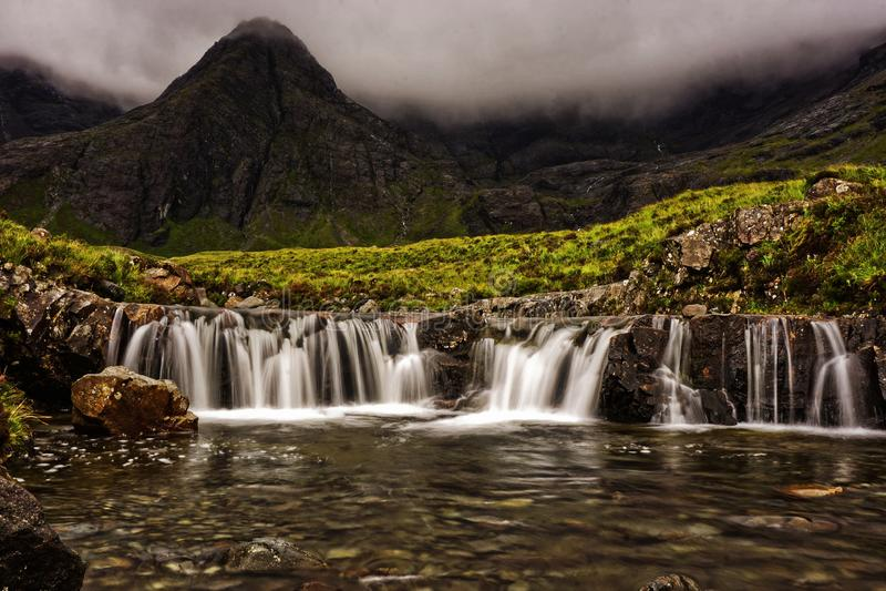 Cascata leggiadramente degli stagni in Scozia sull'isola di Skye fotografia stock libera da diritti