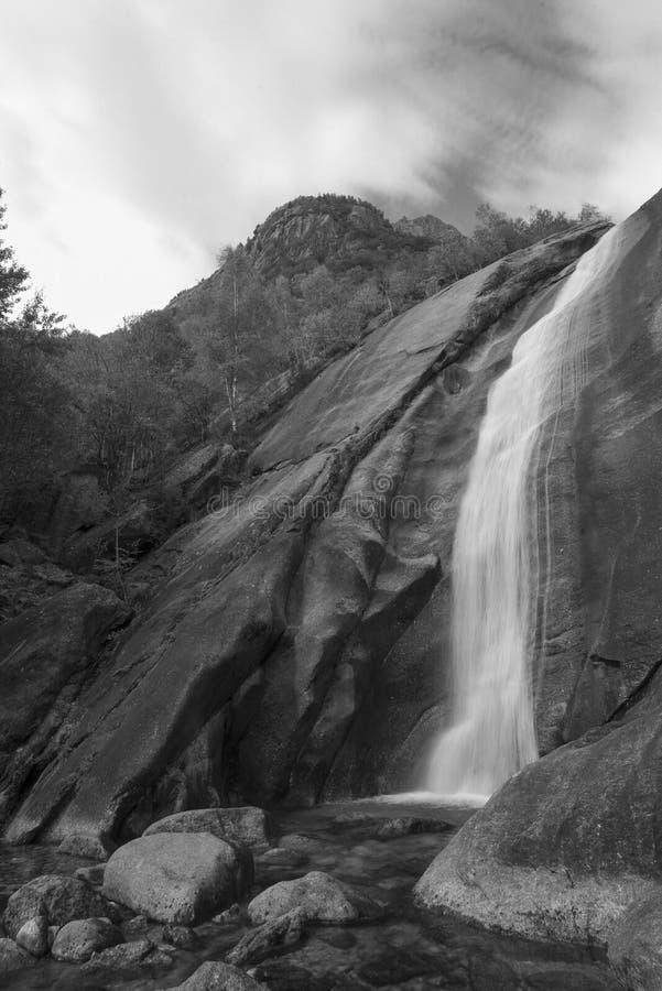 Cascata monocromatica delle alpi della montagna fotografie stock libere da diritti