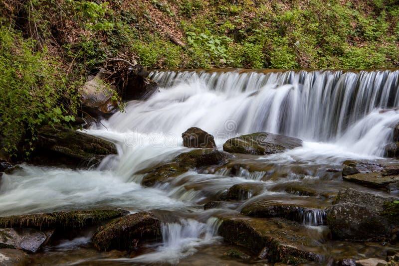 Cascata in montagne fotografie stock libere da diritti