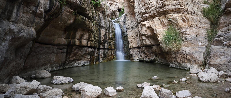 Cascata nascosta in Wadi Arugot, Israele fotografia stock