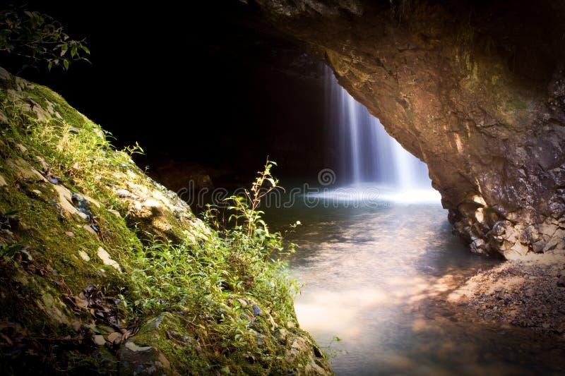 Cascata naturale del ponticello fotografia stock libera da diritti