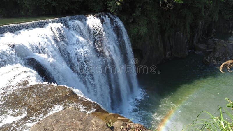 Cascata naturale e foresta verde tropicale con la riflessione calda dell'arcobaleno e di luce solare a Shifen, Taiwan Ampio allun fotografie stock libere da diritti