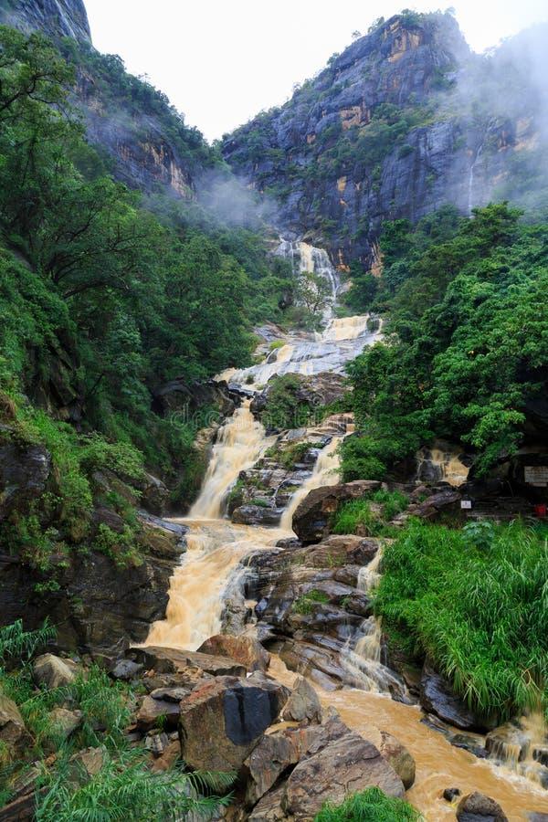 Cascata nelle colline rocciose dello Sri Lanka fotografia stock