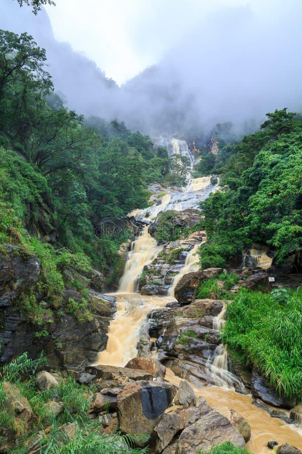 Cascata nelle colline rocciose dello Sri Lanka fotografie stock