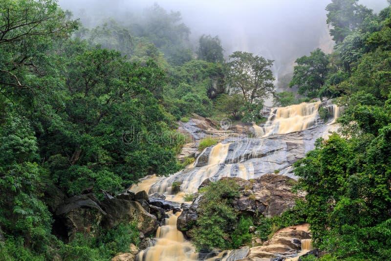 Cascata nelle colline rocciose dello Sri Lanka fotografie stock libere da diritti