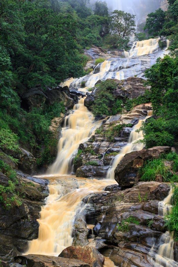 Cascata nelle colline rocciose dello Sri Lanka immagine stock libera da diritti