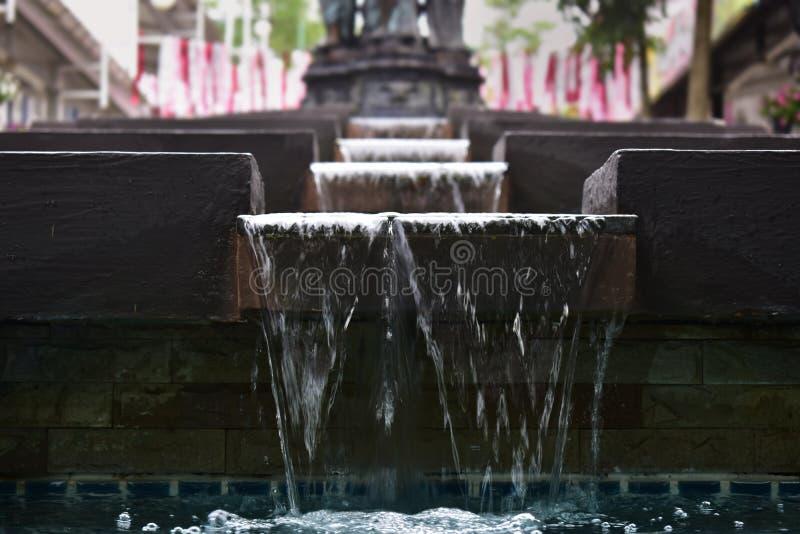 Cascata nello stagno al parco bello e che rinfresca, chiara acqua immagine stock libera da diritti