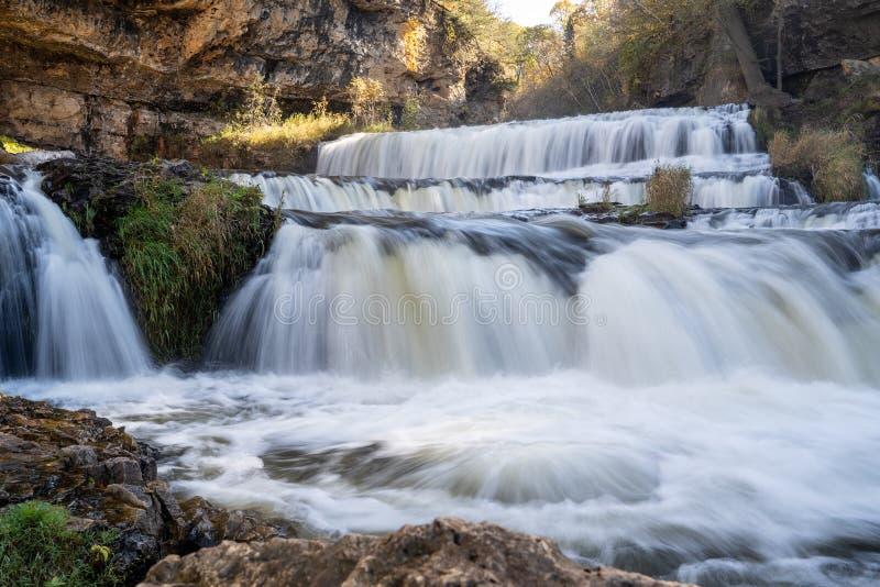 Cascata no Parque Estadual do Rio Willow, em Hudson Wisconsin, no outono Exposição diurna prolongada com água de seda fotos de stock