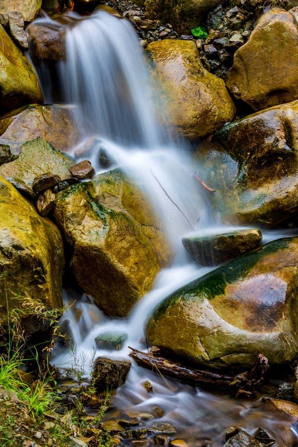 Cascata piacevole in montagne fotografie stock