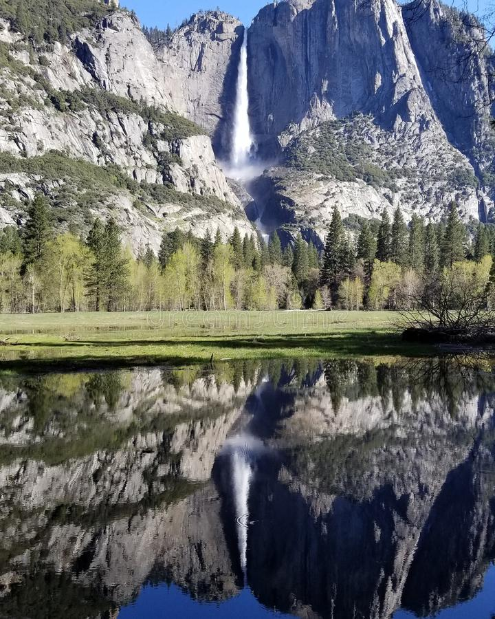 Cascata piena al parco nazionale di Yosemite California immagine stock