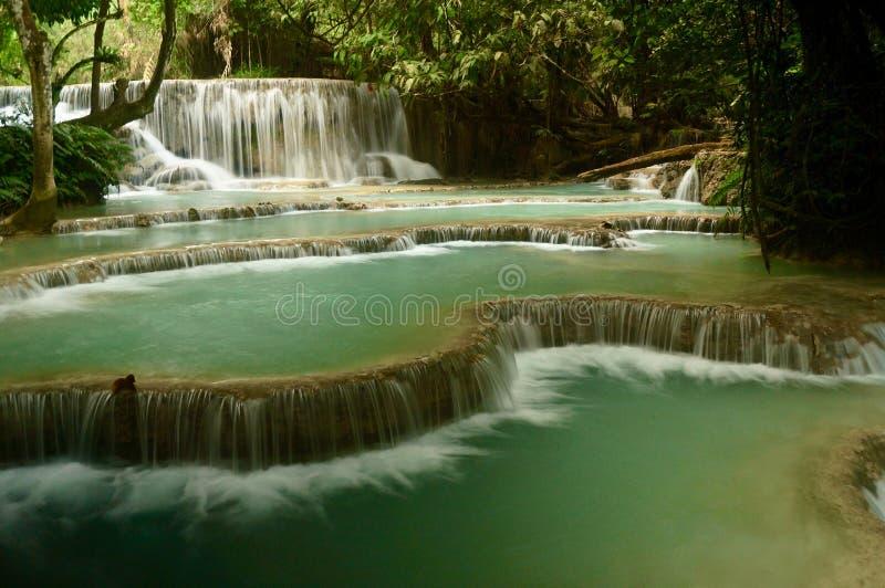 Cascata precipitante a cascata con gli stagni blu dell'acqua immagini stock
