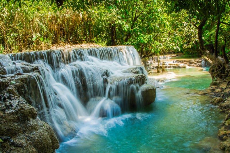 Cascata precipitante a cascata con gli stagni multipli fotografie stock