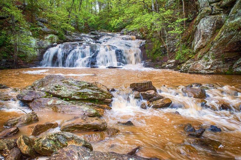 Cascata precipitante in montagne di Georgia fotografia stock libera da diritti