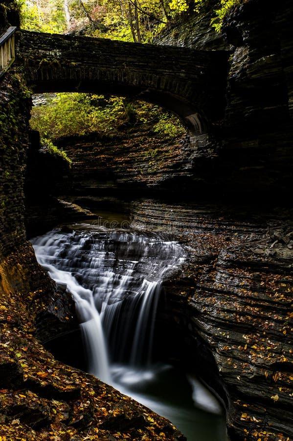 Cascata scenica in autunno - cadute dell'arcobaleno & cascata tripla - Watkins Glen State Park - valletta di Watkins, New York immagini stock libere da diritti