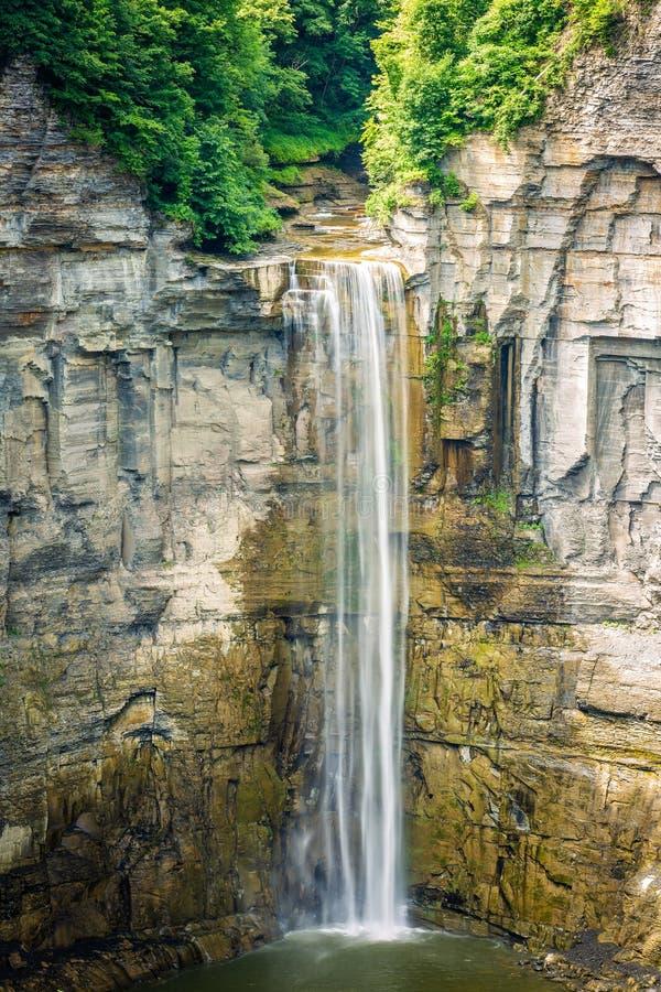 Cascata scenica dell'alta montagna al giorno soleggiato fotografie stock