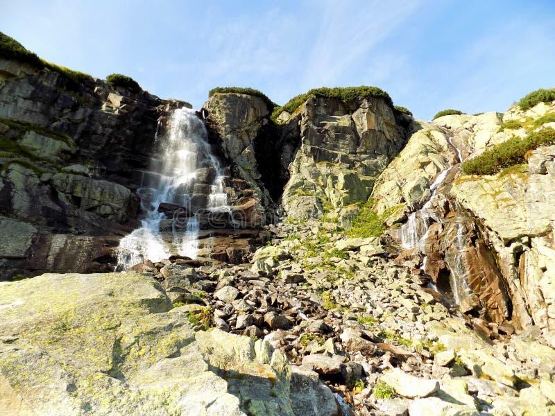 Cascata straordinaria tra le montagne rocciose della Slovacchia immagini stock libere da diritti