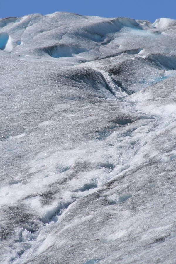 Cascata sulla superficie del ghiacciaio immagini stock