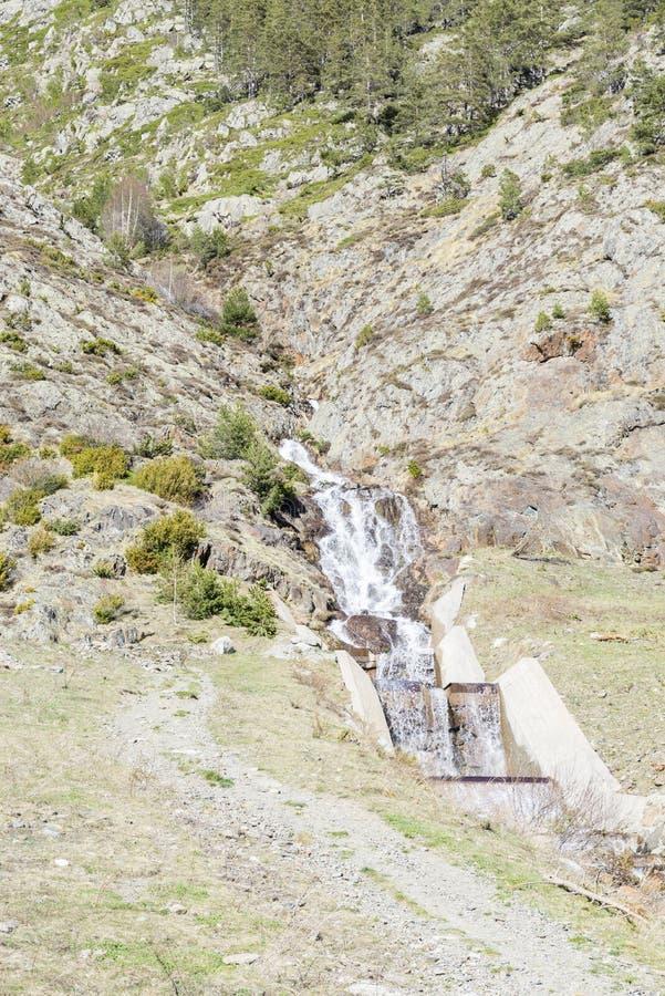 Cascata sulle montagne fotografia stock