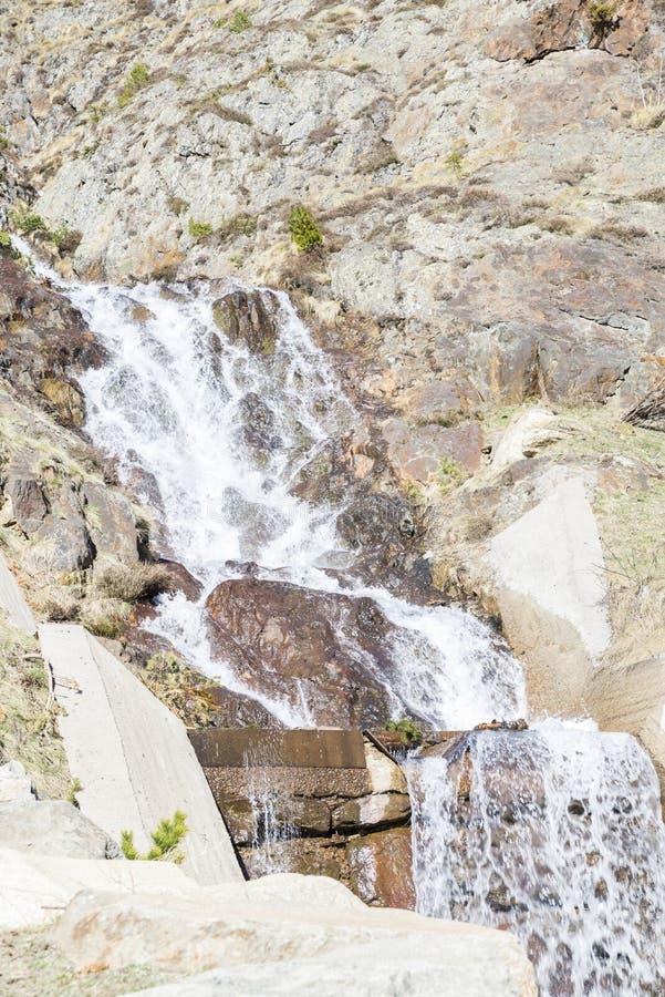 Cascata sulle montagne fotografie stock libere da diritti