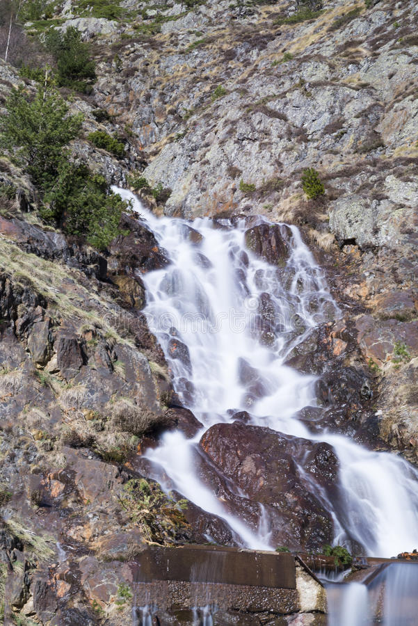 Cascata sulle montagne immagini stock libere da diritti