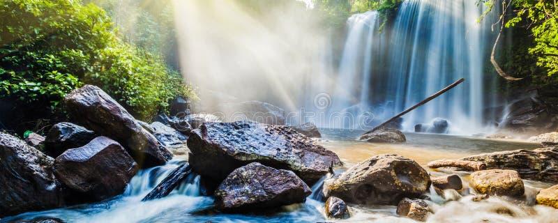 Cascata tropicale in giungla con i raggi del sole fotografia stock libera da diritti