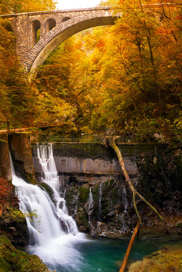 Cascata in un canyon di autunno fotografie stock