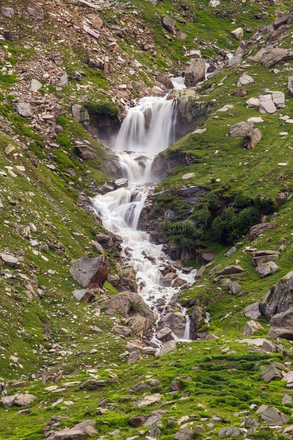 Cascata veduta dalla strada principale di Manali - di Leh, Himalaya, il Jammu e Kashmir immagini stock