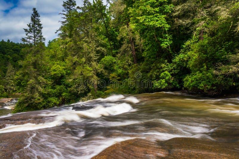 Cascatas de quedas triplas, na floresta do estado de Du Pont, Carolin norte imagens de stock royalty free