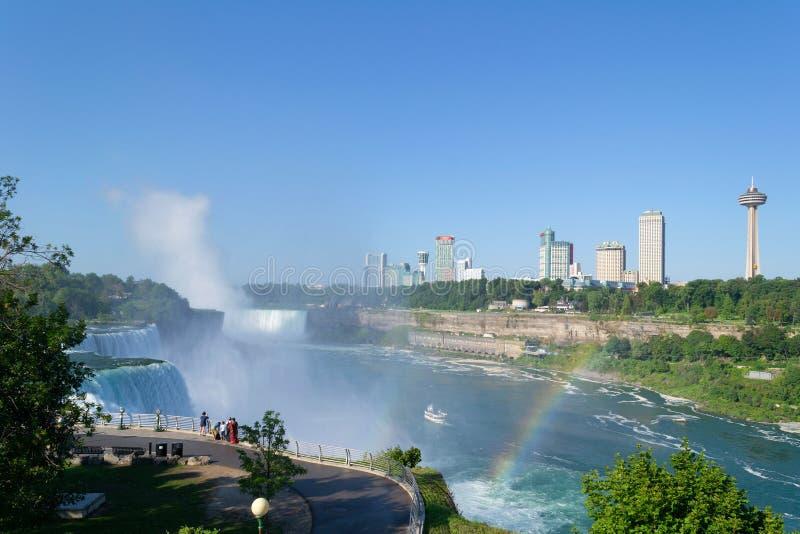 Cascate del Niagara dal lato americano con l'orizzonte della città del cascate del Niagara nei precedenti fotografia stock libera da diritti