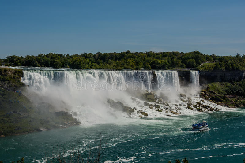 Cascate del Niagara, vista dal ponte dell'arcobaleno sul confine del Canada e gli Stati Uniti fotografia stock