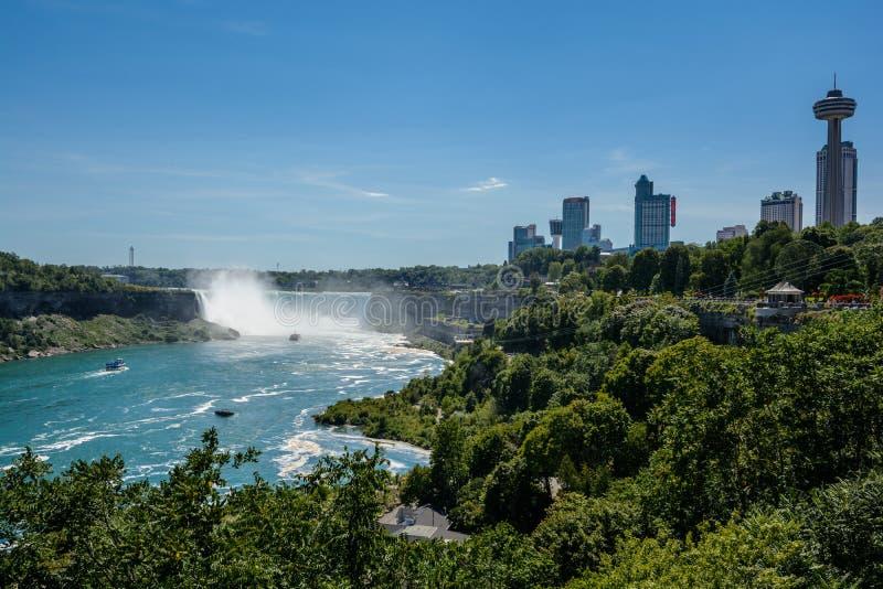 Cascate del Niagara, vista dal ponte dell'arcobaleno sul confine del Canada e gli Stati Uniti immagini stock