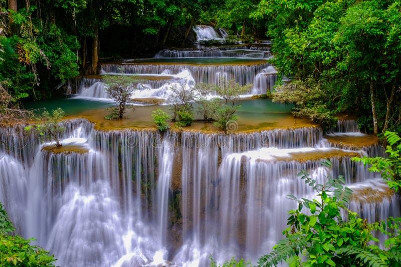 Cascate di Huay Mae Khamin in foresta profonda al cittadino di Srinakarin fotografia stock