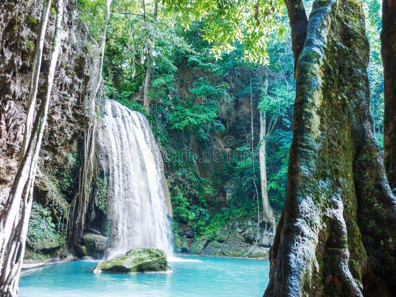 Cascate nella foresta con il rinfresco dell'acqua blu fotografia stock