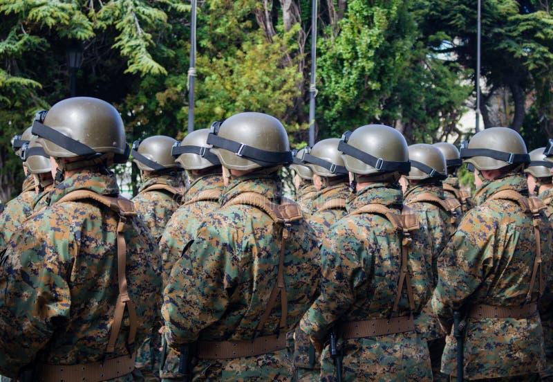 Caschi di Militar in una parata In pieno di fiero con una fine sulla tecnica fotografia stock