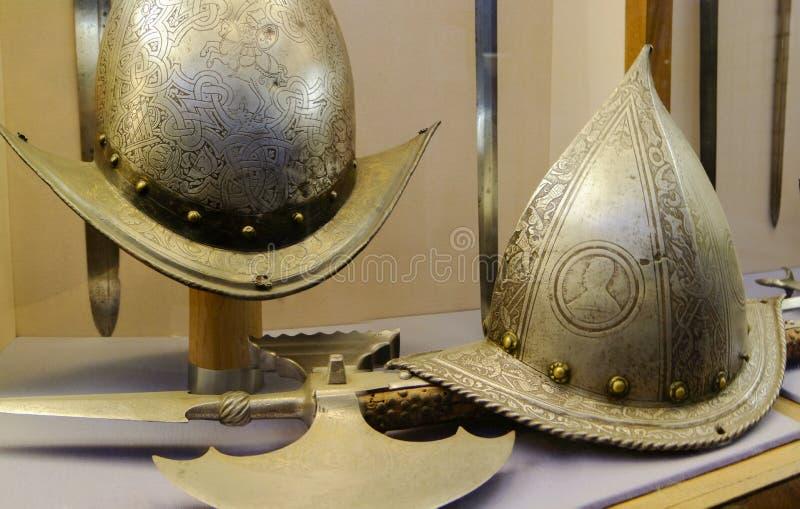 Caschi medievali antichi su esposizione fotografia stock