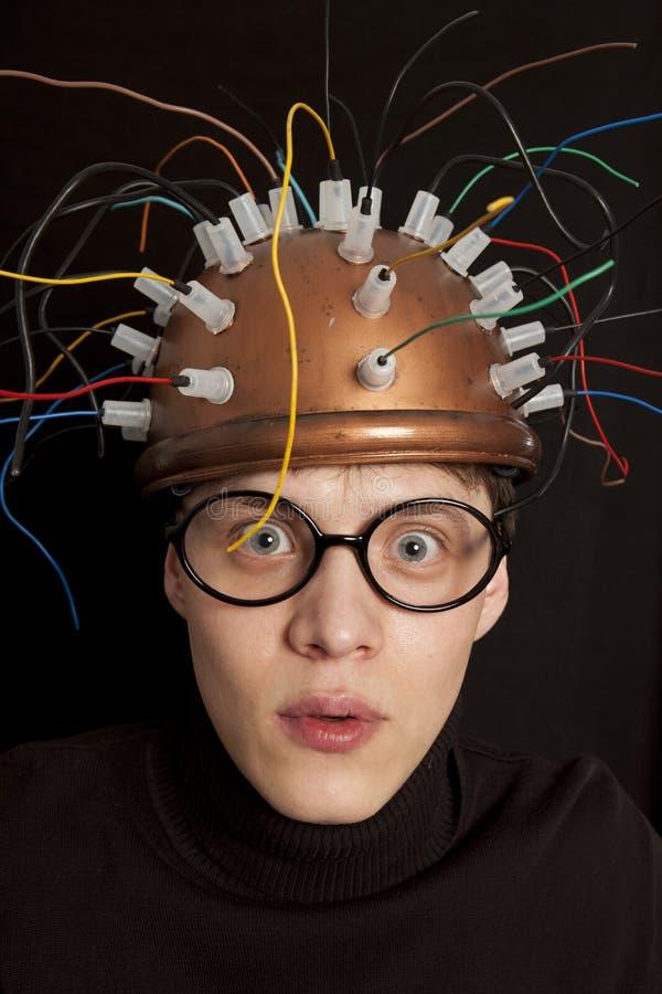 Casco alegre del inventor para la investigación del cerebro imagenes de archivo