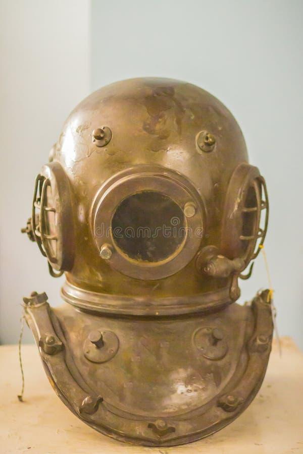 Casco antiguo del equipo de submarinismo del metal, equipo de buceo pesado con el aire supl. fotografía de archivo