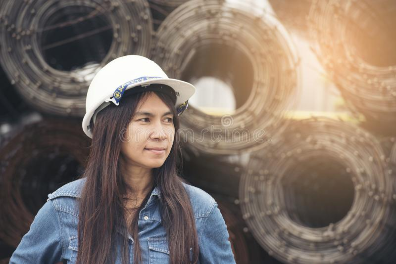 Casco blanco del desgaste hermoso del ingeniero para el trabajo de la seguridad Concepto de la construcción y de la ingeniería imagen de archivo libre de regalías